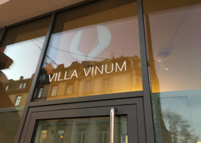 Schaufensterbeschriftung-Frankfurt-Villa-Vinum