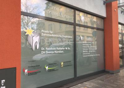Schaufensterbeschriftung-Frankfurt-Zahnarzt