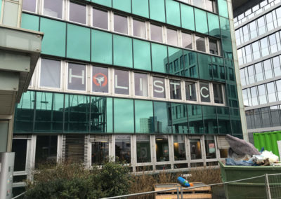 Schaufensterbeschriftung-Frankfurt-holistic-2