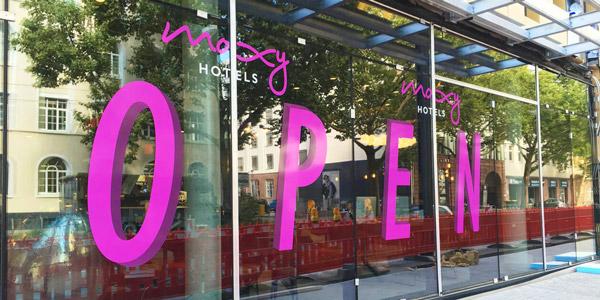 schaufensterbeschriftung-open-moxy-hotel